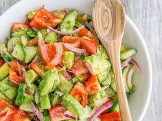 Une salade composée de concombres, de tomates et d'avocats a été épinglée plus de 800 000 fois sur Pinterest. Voici sa recette !