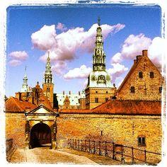 metteschilling #danish #royal #castle #frederiksborg #hillerød #kongernes #nordsjælland #denmark #copenhagen #cph #københavn #architecture #archilover #artlover #jacobsen #building #houses #igers #mytravelgram #ig_europe #igersdenmark #ilensdaily #postcardsfromtheworld #photooftheday #bestoftheday #bestcityshots #danmark