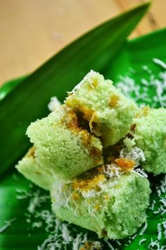 Kue Putu - Indonesian Steamed Rice Cake Filled with Palm Sugar and Grated Coconut Indonesian Desserts, Indonesian Cuisine, Malaysian Cuisine, Malaysian Food, Malaysian Recipes, Steamed Rice Cake, Rice Cakes, Desserts Menu, Asian Desserts