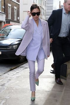 10 best celebrities outfits in a pantsuit: from Meghan Markle to Victoria Beckham Victoria Beckham Outfits, Mode Victoria Beckham, Viktoria Beckham, Look Fashion, Daily Fashion, Fashion News, Celebrity Outfits, Celebrity Style, Celebrity Closets