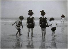 carte de 1910 enfants à la plage... à faire en peinture : bientot !