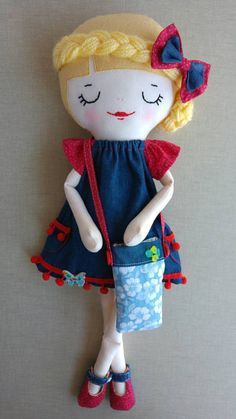 She is Sophie Ann, a one of a kind hand made rag doll. She measures 20 and she is made with wool blend felt, cotton fabric and wool. This doll includes: - A short sleeve dress with pockets. - A pair of bloomers. - A pair of mary janes. - A bag. Dolls And Daydreams, Homemade Dolls, Fabric Toys, Sewing Dolls, Doll Hair, Felt Toys, Soft Dolls, Custom Dolls, Diy Doll