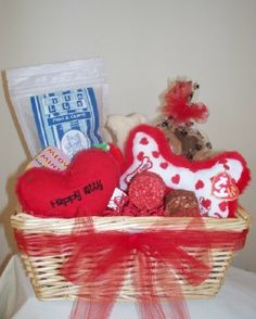 Combo #Gift Basket for #Dogs and #Cats Mixed with treats and toys for #kitty and doggy, your budget cannot go wrong with this unique gift! Kitty will find organic treats, catnip and honeysuckle toys while your dog pal will get gourmet bakery treats, rawhide chews and plush toys! Two great gifts in one gift basket!