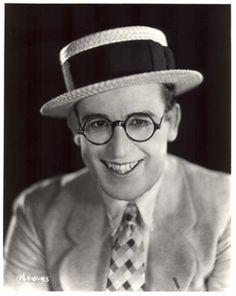 HAROLD LLOYD  Uno de los más grandes cómicos de la historia del séptimo arte, que actuó en 208 películas entre 1913 y 1947. Durante la década de los veinte fue el actor más popular y mejor pagado del cine. Perfil en:  http://cineyteatro.es/portal/PERFILES/DETALLEPERFILES/tabid/64/xmmid/394/xmid/7011/xmview/2/Default.aspx?bus=HAROLD LLOYD
