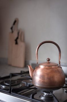 Cast iron pots and pans is an old made form of cookware that still has a place in today's world of contemporary cooking. Copper Tea Kettle, Feel Unique, Cast Iron Cookware, Kitchen Accessories, Decorating Your Home, Tea Pots, Sweet Home, Bronze, Pottery