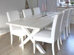 Valkoinen puupöytä