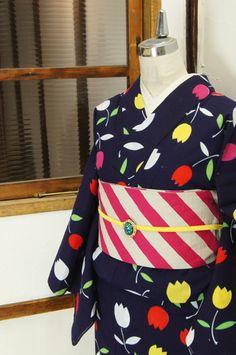 濃紺色地に、カラフルなチューリップが描き出す大胆なよろけ縞がポップキュートな注染レトロ浴衣です。 #kimono