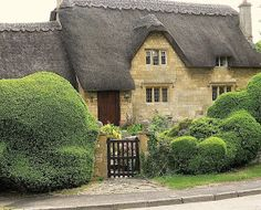 Thatched roof cottage in the Cotswolds England Irish Cottage, Cozy Cottage, Cottage Homes, Cottage Style, Irish Decor, Country Decor, Thatched Roof, Thatched House, Felder