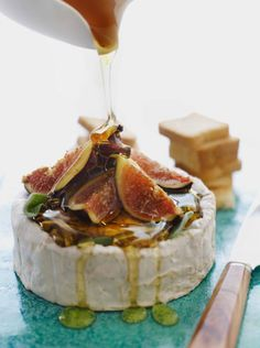 Brie with figs, honey and herbs. Perfect for a night of spanish tapas inspired small plates Appetizer Recipes, Brie Appetizer, Holiday Appetizers, Burger Recipes, Snacks Recipes, Easy Recipes, Vegetarian Recipes, Food Inspiration, Love Food