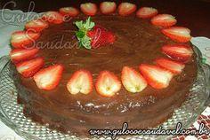 Esta Torta Gelada de Chocolate e Morango é uma delicia...  O chocolate é crocante, a massa é macia e há um irresistível recheio de morango!   #Receita aqui: http://www.gulosoesaudavel.com.br/2011/06/10/torta-gelada-de-chocolate-e-morango/
