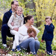 Crown Princess Victoria wore a wool and cashmere blend draped collar jacket by Toteme. Princess Estelle and Prince Oscar Victoria Prince, Princess Victoria Of Sweden, Princess Estelle, Crown Princess Victoria, Prince And Princess, Princess Sophia, Prince Harry, Partner Tattoos, Royals