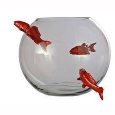 Vase boule en verre transparent No limit dont les poissons semblent vouloir s'échapper ou entrer de Vanessa Mitrani pour Roche Bobois