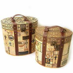 オーバルバニティBOXセット アンティークラベル [PunchStudio]パンチスタジオ50664N ■サイズ大:18x25x23(高さ)cm  小:16x21.5x20.5(高さ)cm  ※大小の2点セットです  ■生産:中国   パンチスタジオの紙製収納BOX。  合皮と蝶番を使用して大人も満足の仕上がり。  まるで宝箱♪  大の中に中、小が納まる入れ子タイプ。
