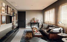 """O sofá com design de Jorge Zalszupin, herdado de família, foi renovado com couro. O arquiteto Ricardo Caminada conta que, quando criança, assistia à televisão esparramado nele. """"Hoje, se me sinto mal, corro para deitar lá. Me dá novas energias"""""""