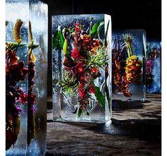 Il a apporté la touche poétique au décor bucolique du défilé Dries Van Noten à coups de blocs glacés qui renfermaient des compositions florales de toute beauté. Mais qui est le floral artist Azuma Makoto ? Zoom.