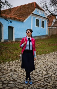 Fuchsia, blue and traditional vibes: fuchsia jacket, navyblue pleated skirt, blue sweater, white shirt, cute bow-tie
