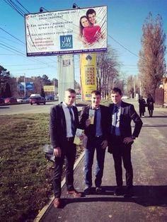 Hermanos Cristianos Testigos de Jehová Predicando en #Rusia.  Miren el anuncio publico arriba.  (Russian (?) Billboard)