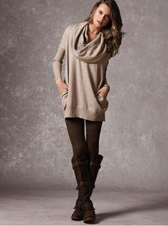 Den Look kaufen:  https://lookastic.de/damenmode/wie-kombinieren/hellbeige-pullover-mit-weitem-rollkragen-dunkelbraune-leggings-dunkelbraune-kniehohe-stiefel-aus-wildleder/5551  — Hellbeige Pullover mit weitem Rollkragen  — Dunkelbraune Leggings  — Dunkelbraune Kniehohe Stiefel aus Wildleder