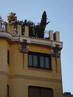 La llamada CASA DE LOS LAGARTOS, un curioso edificio modernista. Calle Mejía Lequerica.