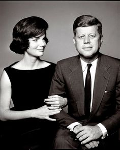 JFK & Jackie O are American fashion icons that still capture the hearts of many today. Poised with style and grace, it's no wonder we still love this power couple! Jacqueline Kennedy Onassis, Jackie Kennedy Style, Les Kennedy, Jaqueline Kennedy, Robert Kennedy, The Kennedys, Familia Kennedy, Gentleman, First Ladies
