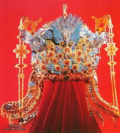 Artifact of Ming Dynasty empress's crown of the dragons… Royal Jewelry, Head Accessories, Tiaras And Crowns, Modern Jewelry, Ethnic Jewelry, Hair Ornaments, Crown Jewels, Antique Jewelry, Wedding Styles
