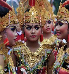 Balinese-girls-at-a-parad-001.jpg (320×340)