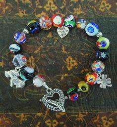 E meraviglioso..coloratissimo ed allegro..realizzato con perle di vetro di Murano e charms cuore, quadrifoglio e cane.