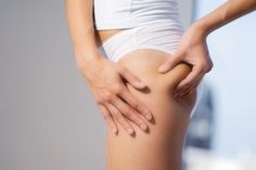 Many foods can cause cellulite. Discovering what they are and avoiding them allows you to reduce cellulite. Cellulite is a problem that a lot of women Cellulite Po, Cellulite Remedies, Reduce Cellulite, Keep Fit, Stay Fit, Wellness Fitness, Health Fitness, Peau D'orange, Fast Workouts