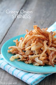Homemade Crispy Onion Strings - skip the store-bought can of fried onions and make your own with this easy and delicious recipe! Perfect for casseroles, burgers, salads, and more! I love onion strings! Side Dish Recipes, Veggie Recipes, Appetizer Recipes, Appetizers, Cooking Recipes, Side Dishes, Yummy Recipes, Crispy Onions, Fried Onions