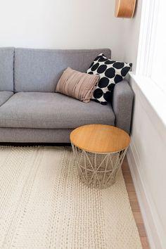 Muebles pequeños auxiliares con múltiples usos permiten configurar fácilmente el espacio de acuerdo a las diferentes necesidades Throw Pillows, Bed, Home, Color Coordination, White Colors, Round Side Table, Gray Fabric, Small Living Rooms, Small Space Furniture