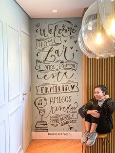 Lettering, handlettering e brushlettering pela artista Lettering Tutorial, Hand Lettering, Posca, Blackboards, Painted Doors, Room Decor Bedroom, New Art, Chalkboard, Stencils