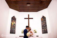 casamento, noivos amor, véu de noiva detalhes vestido de noiva chuva de arroz carinho emoção terno do noivo azul