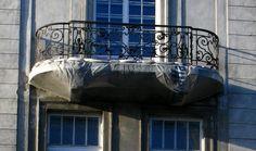 Reprezentatywne Aleje Ujazdowskie w Warszawie - nie mogło tam zabraknąć naszych produktów. Na zdjęciu izolacja zabytkowych balkonów.