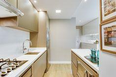 A cozinha compacta projetada pelas arquitetas Jocymara Nicolau e Andréa Posonski une praticidade e muito estilo em um único lugar