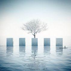 La jolie série Was ist Metaphysik? du photographe et designer italien Michele Durazzi, qui imagine des architectures minimalistes et surréalistes, combinan