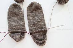 Lupasin tehdä kuvallisen ohjeen miten tehdään kaksi sukkaa kerralla, varpaista varteen, yhdellä pyöröpuikolla. Tavan  jolla suk...