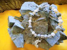 Χειροποίητο βραχίολι με ενεργειακές πέτρες λευκό jade , λευκός όνυχας και ρουτιλούχος χαλαζίας με μεταλλικό μοτίφ ημίσελινος . Ιδιότητες : Ένας υπέροχος συνδιασμὸς για ζωτικότητα και ενέργεια κυρίως αν το φυσικό μας σώμα αναρρώνει μετὰ από μια μεγάλη ασθένεια . Ευθυγραμμίζει το νευρικό σύστημα και ενδυναμώνει τους μυς ειδικά αν έχουν υποστεί τραυματισμό. Hanukkah, Jewelry Collection, Wreaths, Decor, Decoration, Door Wreaths, Deco Mesh Wreaths, Decorating, Floral Arrangements