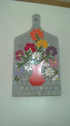 Tábua de carne decorada com lindo arranjo em mosaico de flores em azulejos e pastilhas de vidro