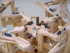Seven amazing marble machines by Paul Grundbacher Wood Projects, Woodworking Projects, Rolling Ball Sculpture, Kinetic Toys, Marble Machine, Marble Games, Simple Machines, Wood Toys, Entryway Decor
