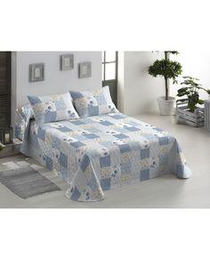 Colcha en patchwork floral perfecta para el entretiempo y cualquier tipo de dormitorio. Aportará luz gracias a sus tonos pastel. Más modelos online en Revitex.