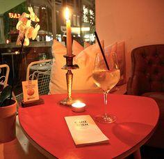 Ganz Wien Bar Tisch (c) STADTBEKANNT | Das Wiener Online Magazin | Wetter-Nohl Online Magazine, Bar, Alcoholic Drinks, Wine, Glass, Pranks, Weather, Table, Alcoholic Beverages
