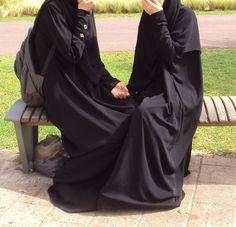 Muslimahs in Abaya