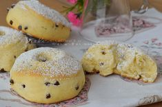 Donuts with ricotta and chocolate chips Bread And Pastries, Italian Cookies, Dessert Recipes, Desserts, Biscotti, Bread Baking, Doughnut, Sweet Treats, Food And Drink