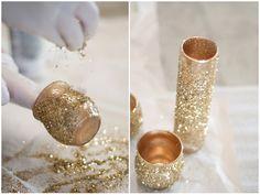 Makkelijk zelf te maken: kaarsenhouders en bloemenvaasjes eerst besmeurd met lijm en vervolgens bestrooid met glitters.