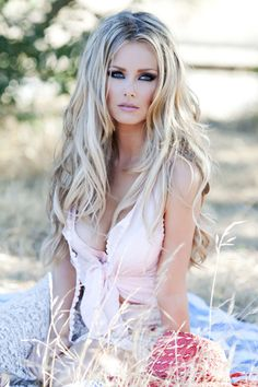 She is gorgeous. Love her hair ♥