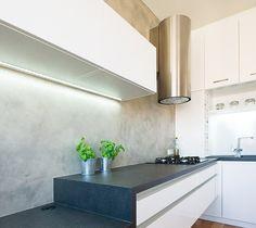 Stěrka imitující beton použitá místo obkladu za kuchyňskou linkou se velmi dobře udržuje. Pracovní stůl tvoří snížená deska kuchyňské linky. Zdroj: http://bydleni.idnes.cz/byt-2-kk-pro-mlady-par-0rz-/dum_osobnosti.aspx?c=A121123_215409_dum_osobnosti_rez