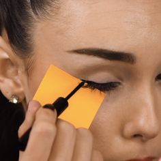 Sticky note eyeliner hack that will have you ready for you night out on the town! eyeliner beauty hacks a beautiful song a beautiful smile a beautiful woman i love her endlessly pinkbabydoll Eyeliner Hacks, Eyebrow Makeup Tips, Eye Makeup Steps, Makeup Eye Looks, Eyeshadow Makeup, Eyeliner Ideas, Makeup Brushes, Eyeliner Styles, Mini Makeup