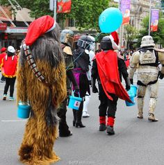 Famous Star Wars characters collecting for charity before start of the parade.        Video. Auckland Farmers Santa Parade 2015. PartII ... 15  PHOTOS        ... Featuring floating Santa Elmo, giant Cookie monster, Frogs Famous Star Wars characters … !        Posted from:          http://softfern.com/NewsDtls.aspx?id=1057&catgry=7            #Christmas magic, #photos of Santa Claus, #Santa Parade DVD