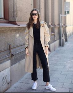How to wear a trench coat at age 40 Trenchcoat Style, Trench Coat Outfit, Ladies Trench Coat, Long Trench Coat, Pijamas Women, Mode Mantel, Hippy Chic, Winter Stil, Minimal Fashion