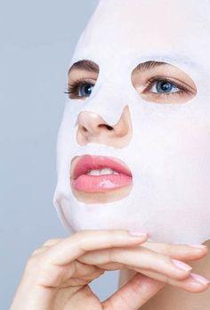 Dit is een kant en klaar masker. Je legt het cellulosegaasje over het gezicht en strijkt het glad.